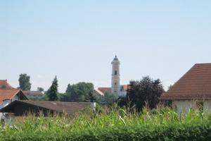 Idyllischer Blick auf die Pfarrkirche Mariä Himmelfahrt