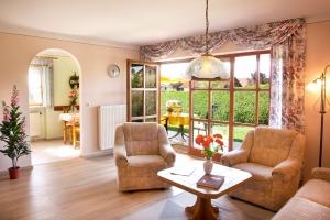 Helles, freundliches und großzügiges Wohnzimmer mit Blick in den Garten