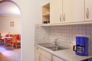 Gut ausgestattete Küche im Appartement im Landhaus Cornelia in Bad Birnbach