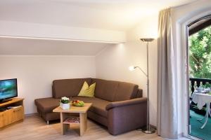 Wohnzimmer mit Balkon im Deluxe-Appartement**** im Landhaus Cornelia