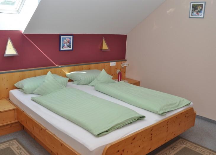 Schlafzimmer in der Suite **** mit Balkon im Landhaus Cornelia in Bad Birnbach.