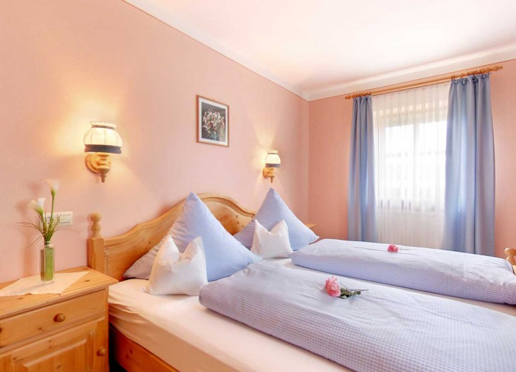 Schlafzimmer in der Ferienwohnung in ruhiger Siedlungslage in Bad Birnbach.