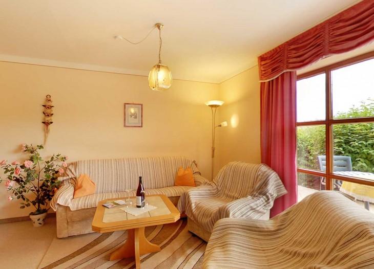 Wohnzimmer in der Ferienwohnung in ruhiger Siedlungslage in Bad Birnbach.