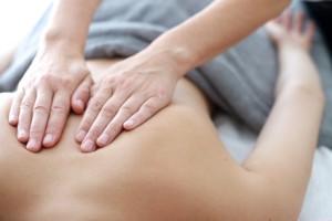 Rückenmassage in der Praxis für Physiotherapie im Landhaus Cornelia in Bad Birnbach.