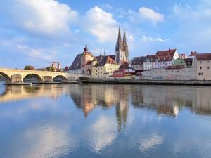 Der Dom und die Steinerne Brück in Regensburg sind beliebte Ausflugsziele ab Bad Birnbach.