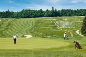 Gäste spielen Golf auf dem Bella Vista Golfpark in Bad Birnbach
