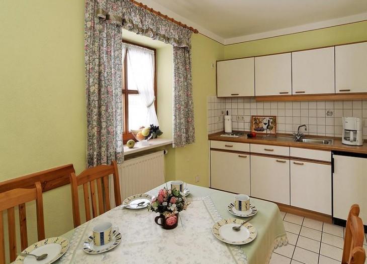 Küche in der Ferienwohnung in ruhiger Siedlungslage in Bad Birnbach.