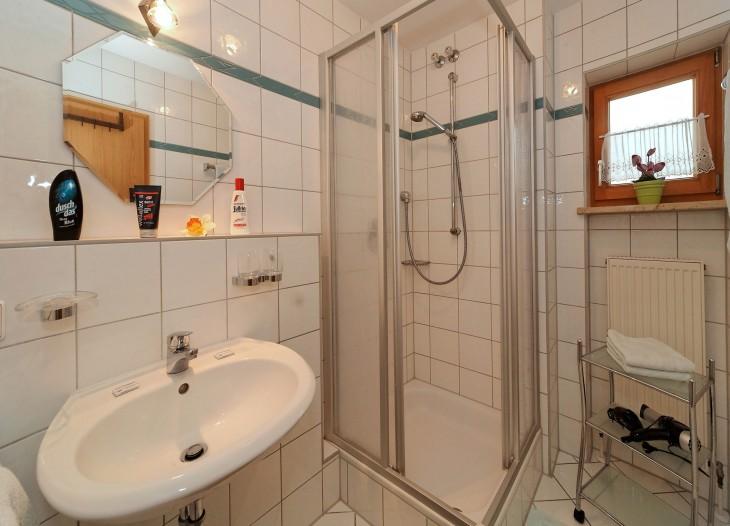 Badezimmer im Comfort-Appartement *** mit Balkon im Landhaus Cornelia in Bad Birnbach.
